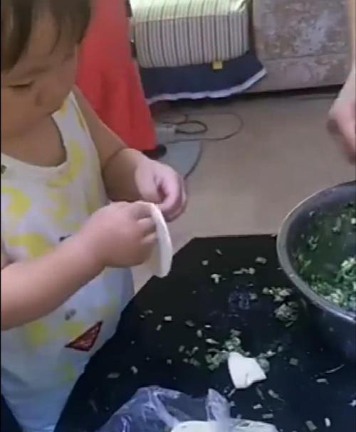 宝宝有模有样的包水饺,接下来出现的这一幕,老妈笑的直不起腰