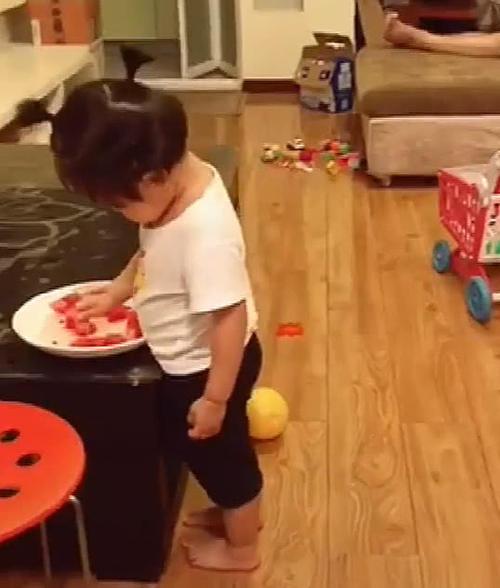 父女俩花式吃西瓜,一举一动都是戏,妈妈在旁边看的一脸无奈