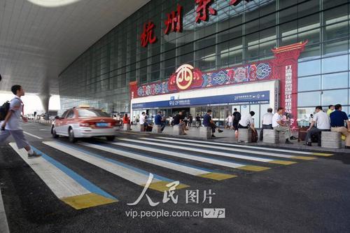 彩色立体斑马线亮相杭州火车东站