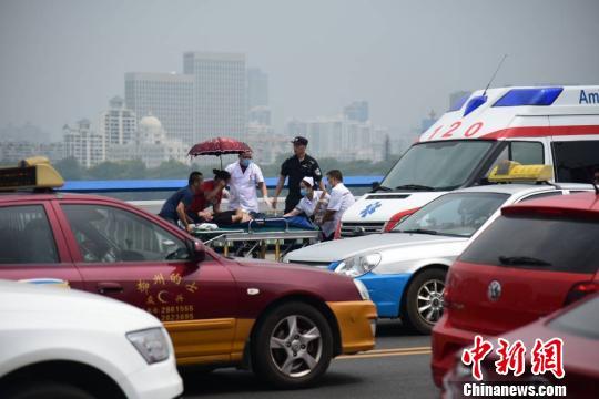 广西一小车撞十多辆电动车后司机持刀捅人 多人伤亡