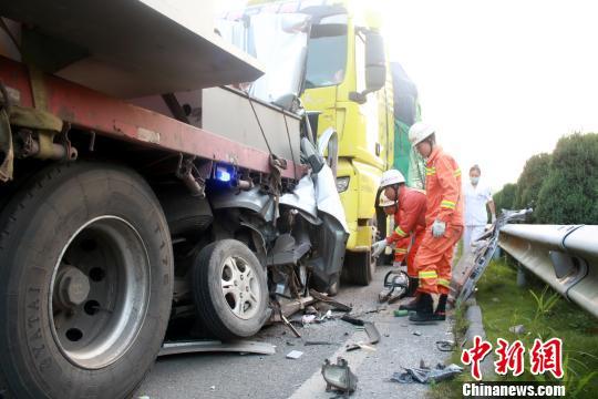 三车在高速路上连环追尾 面包车被挤扁致2死1伤