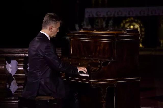 在肖邦的心脏下面,用肖邦用过的琴弹肖邦,这是一种什么感受?