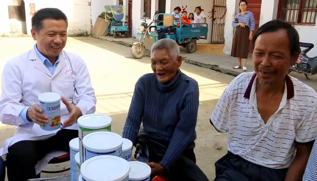 小村医大情怀:邓州曾伟为孤寡老人过中秋