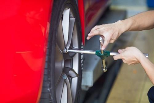 汽车换轮胎怎么换 汽车轮胎更换方法介绍