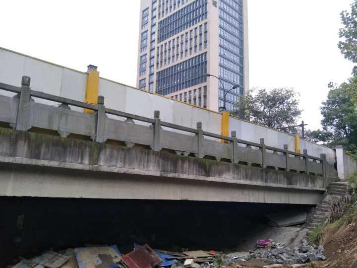 城市里的桥下别有洞天,64岁大伯住了两年多