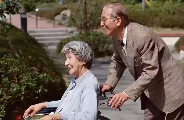 国家为什么对这批人这么好?提前5年退休,养老金却只差几十元!