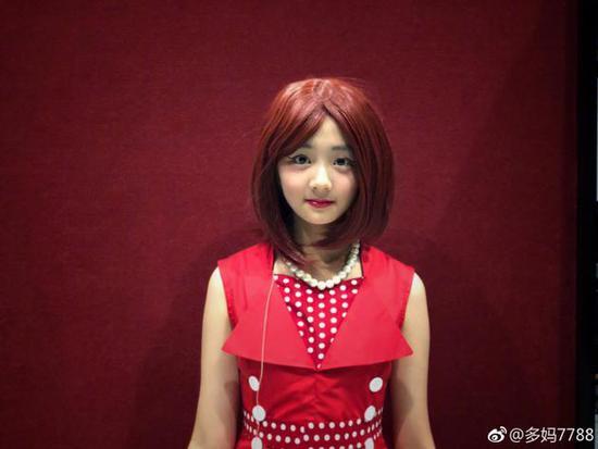 黄磊妻子孙莉化身女儿造型师 多多红唇白肤颜值高