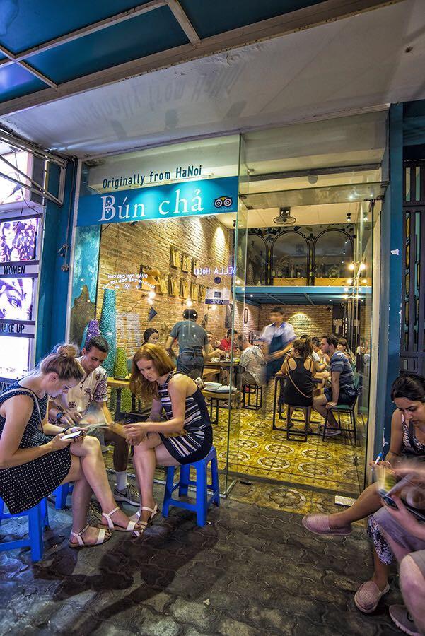 在胡志明范老五街的145 Bun Cha享受越南美食