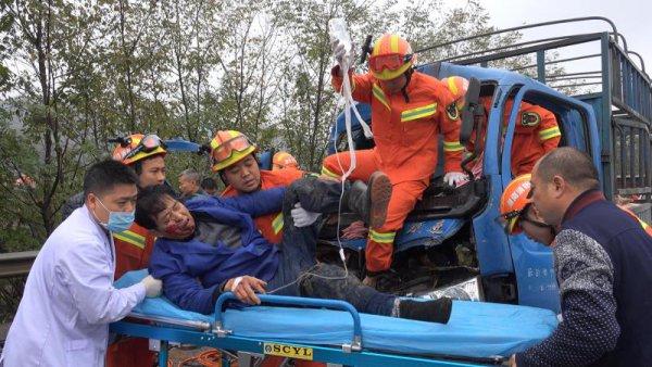 生猪运输车追尾货车司机被困,岳阳消防破拆救援