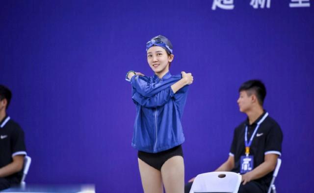 游泳比赛泳衣显好身材引热议,用手挡胸口,还因好身材感到自卑!
