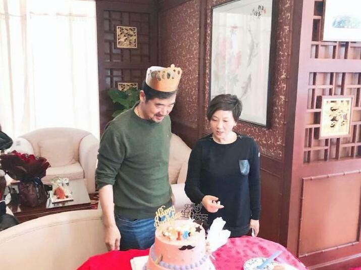张国立邓婕庆祝64岁生日,两夫妻恩爱甜蜜让人羡慕