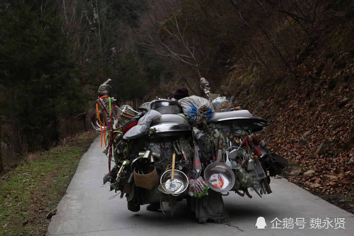 大山里的摩托货郎,满车货品像一座移动的小山,常年穿梭在深山里