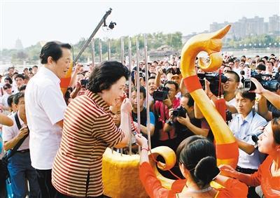 79岁高龄贠恩凤为群众义务演出:哪里有群众,哪里就是我的舞台