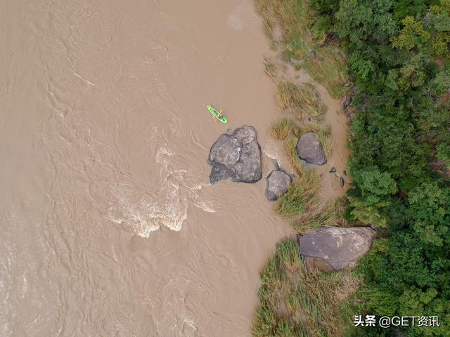 澳大利亚东北部遭遇百年罕见大洪水,家里的冰箱洗衣机都在游泳