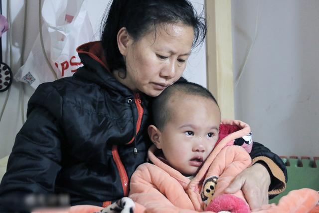 """4岁女儿出生时,曾被村里人当作""""怪物"""",父母无奈将她每天捆绑"""