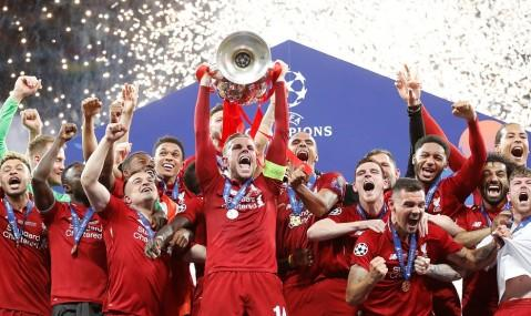 被弗格森讥笑的人亲手捧起了欧冠奖杯,他看中的人却要被踢出曼联