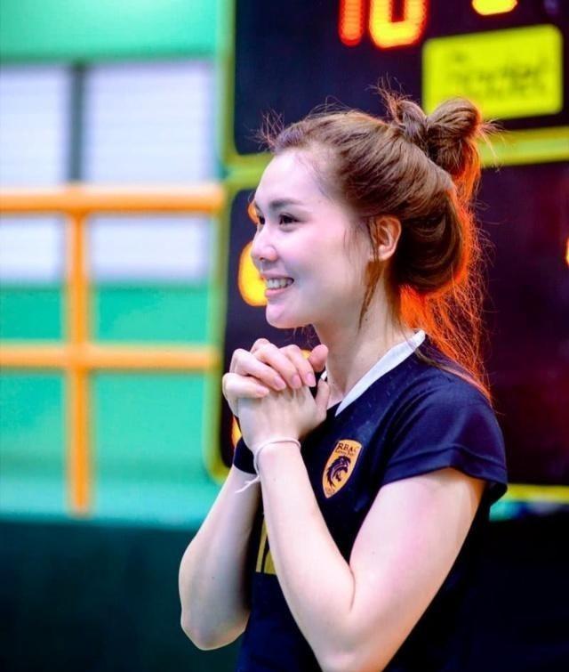 她是00后泰国排球女神,因一张侧颜照经验全球,今年18岁喜欢独居