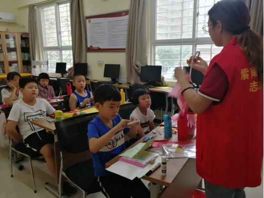 丰富青少年课余生活,郑州这个社区教孩子们制作红灯笼!