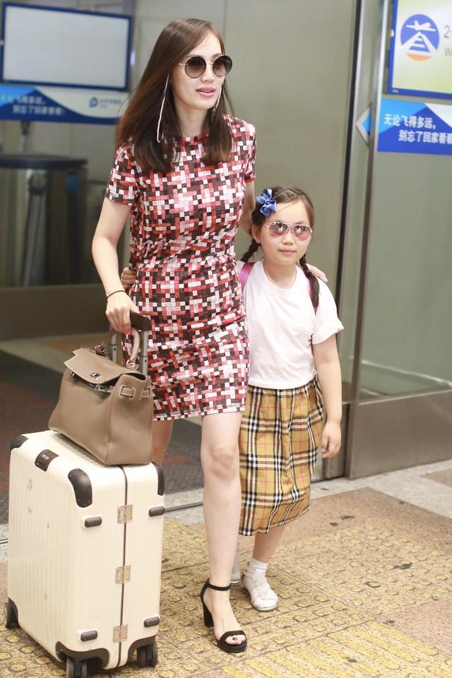 马蓉带女儿现身机场,8岁王子珊打扮成熟戴耳钉,长相酷似王宝强