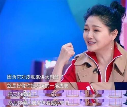 张嘉倪艾特大S,两大冻龄女神讨论美丽,一粗一细两根腰带抢镜了