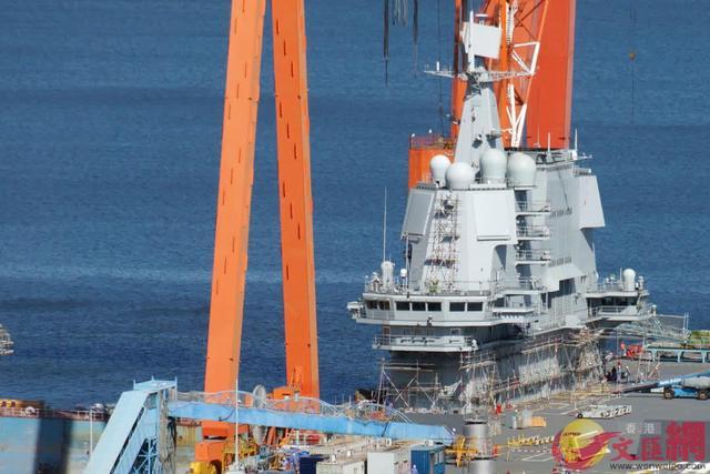 国产航母试挂满旗、甲板立支柱,或在为国庆做筹备