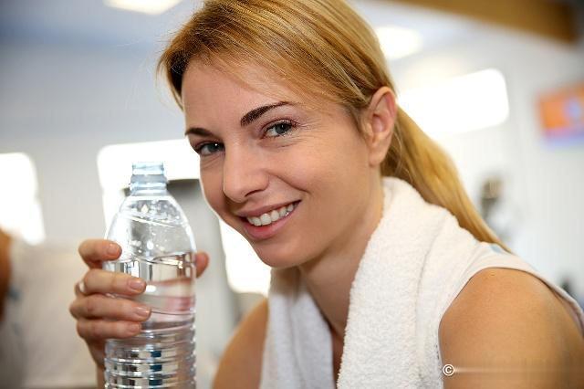 喝水时,一半开水兑一半冷水,对身体有危害吗现在知道还不算晚