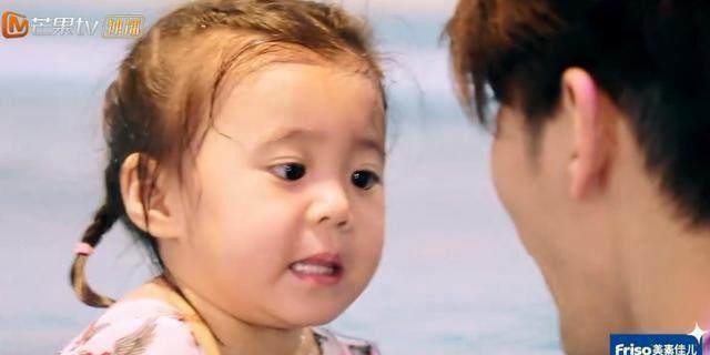 贾静雯全家去游泳,咘咘很害怕,波妞的小动作简直萌翻了!