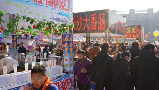 农村夫妇全年不休息,在街头摆摊卖小吃,月