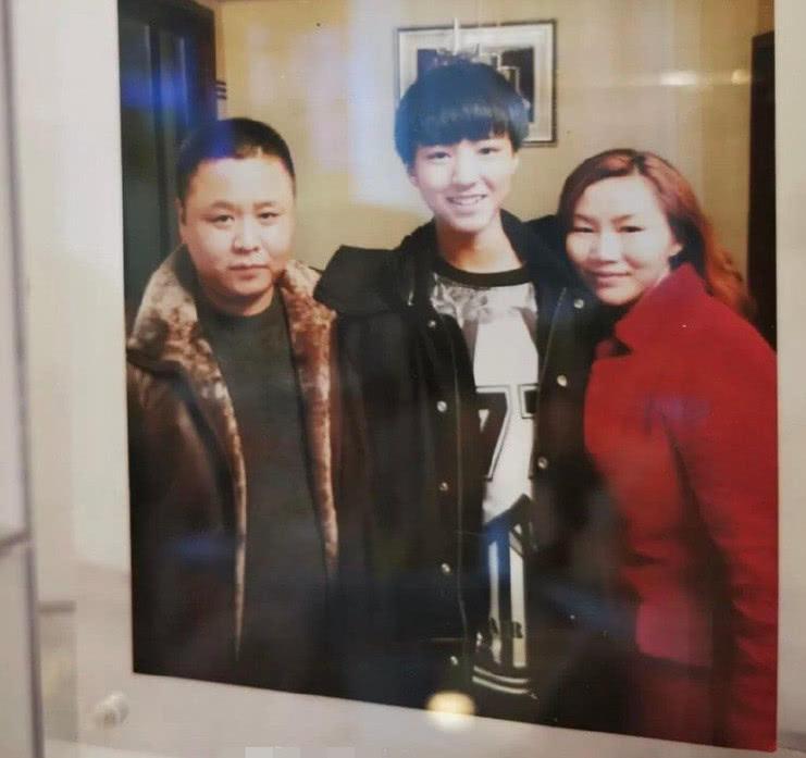 王俊凯爸妈开奶茶店,店里放儿子节目,雇的员工颜值很高!