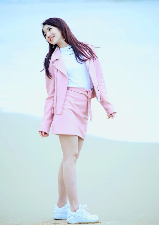 孟美岐海边街拍,一身粉嫩装扮超甜美,大秀美腿俏皮又可爱!