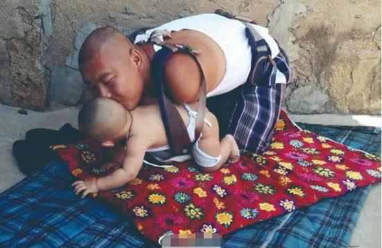 """""""最强爸爸""""的努力,13岁失去双臂,用脚照顾9月大儿子无压力"""