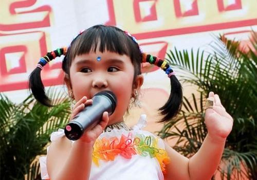 她是春晚年龄最小的表演者,身世凄惨,如今和患病母亲相依为命