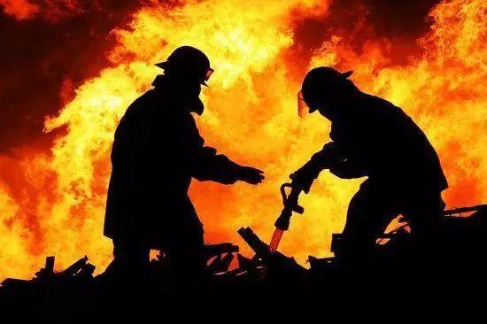 亲妈与后妈争夺家产,逼得儿子火烧了全家!