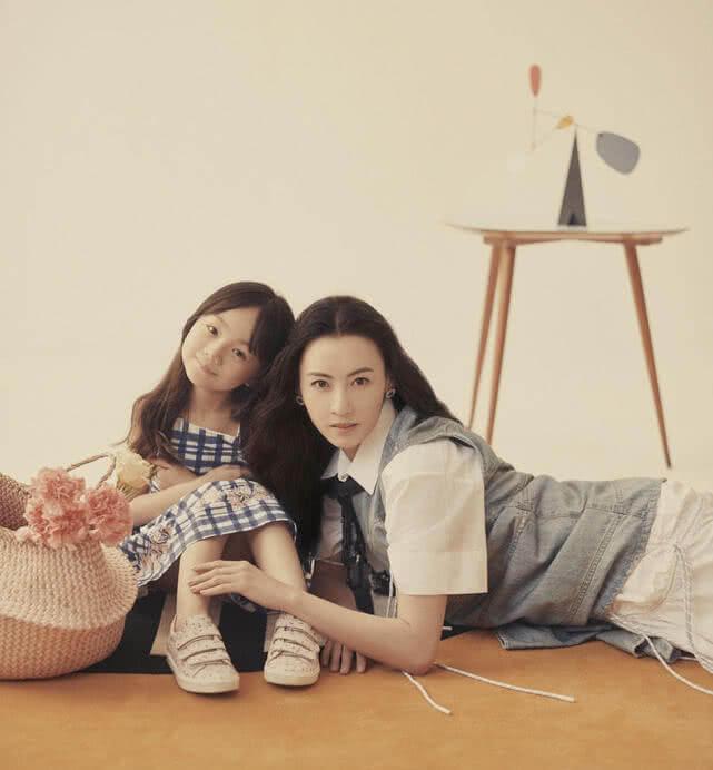 张柏芝登杂志封面,抱着小山竹亲如母女,相互依偎画面温馨