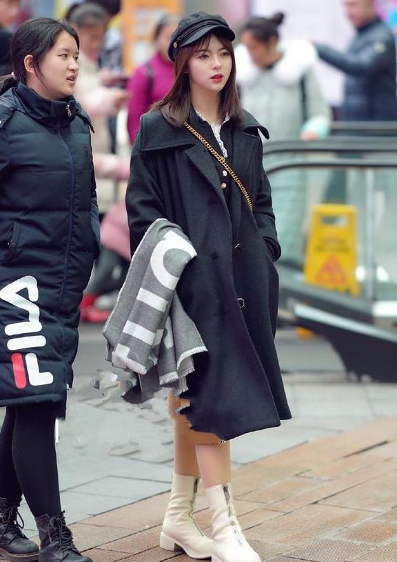 街拍:穿米色长风衣,显得美女身材格外性感,笑容也特暖心