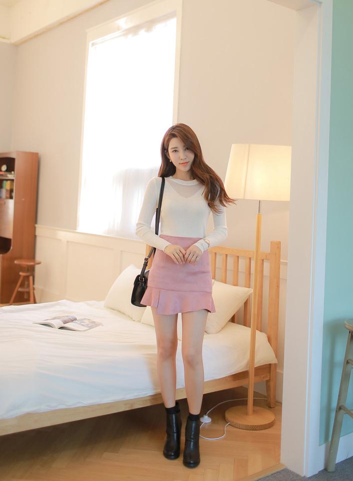 街拍:白色紧身衣搭配粉色褶皱短裙,秀出修长美腿,好是性感