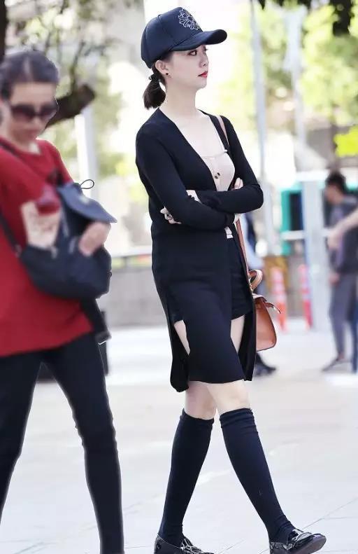 街拍:穿黑色吊带装的美女,身材丰满性感妩媚,长相也特吸睛