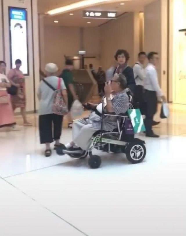 年近7旬的洪金宝,坐电动轮椅逛商场,妻子高丽虹陪伴左右