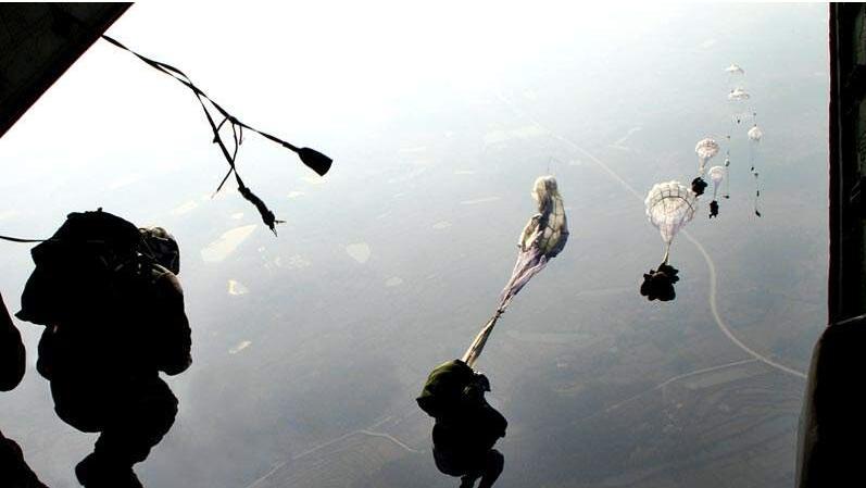 真战斗民族!学员跳伞吓到双腿瘫痪,俄教官一把将其拎起丢出飞机