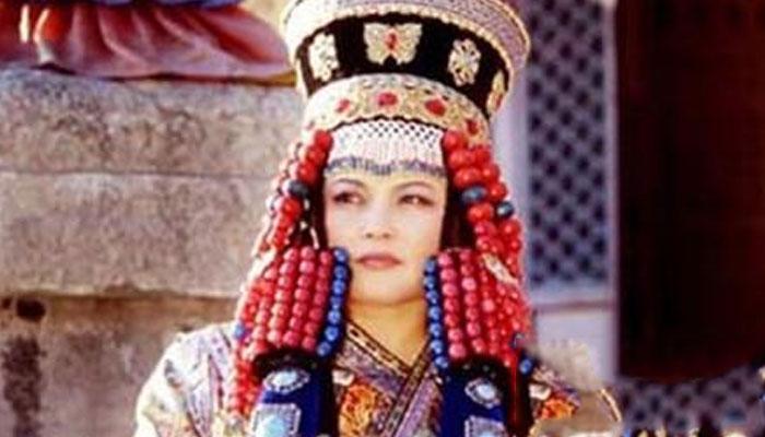 32岁寡妇皇后,二婚嫁给小25岁丈夫,后为其生下4对双胞胎