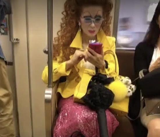 <b>地铁最时尚大妈走红,仔细看清她的装扮,网友:不是一般人能驾驭</b>
