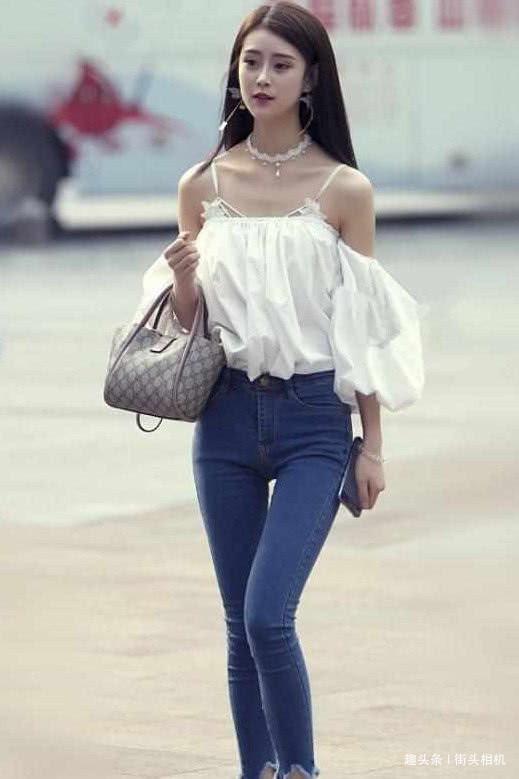 街拍:动人的美女,超赞的身材,你更喜欢哪一个