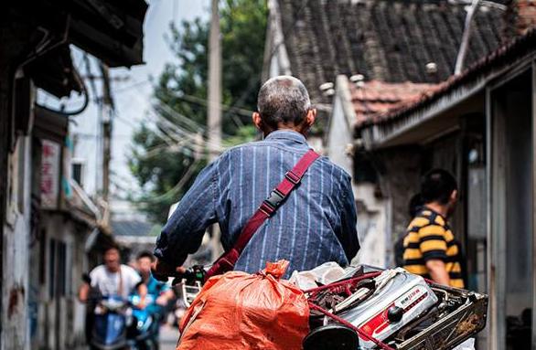 收废品的老头会算命,帮人逆天改命,隔天老头出车祸