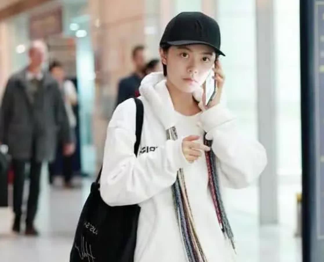 赵今麦全素颜现身机场,真实颜值掉粉不少,确定17岁?