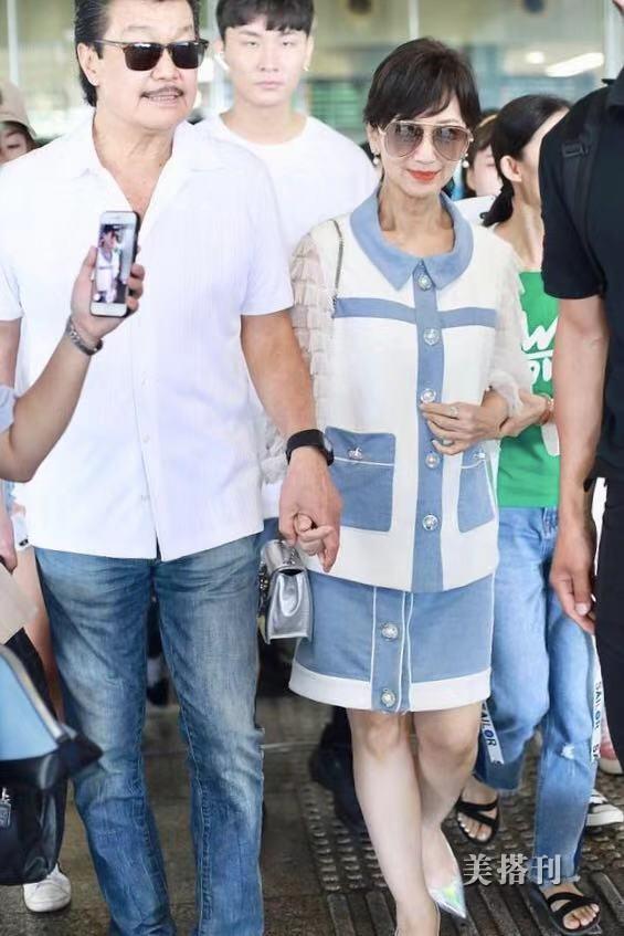 64岁赵雅芝打扮似少女,松弛颈纹比70岁老公还要显老