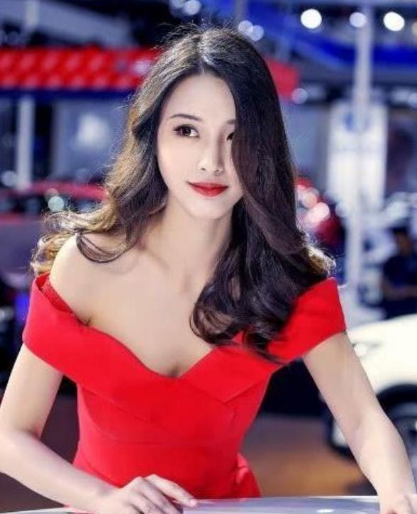 女神范车模站台,红衣造型太火辣,车友:看人就够了!