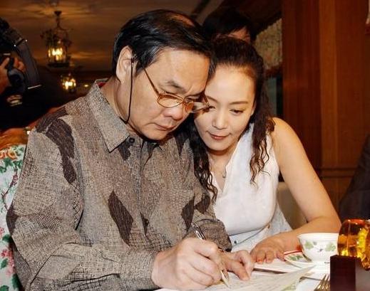 她是演员刘雪华,嫁给大13岁老公邓育昆,如今60岁风韵犹存