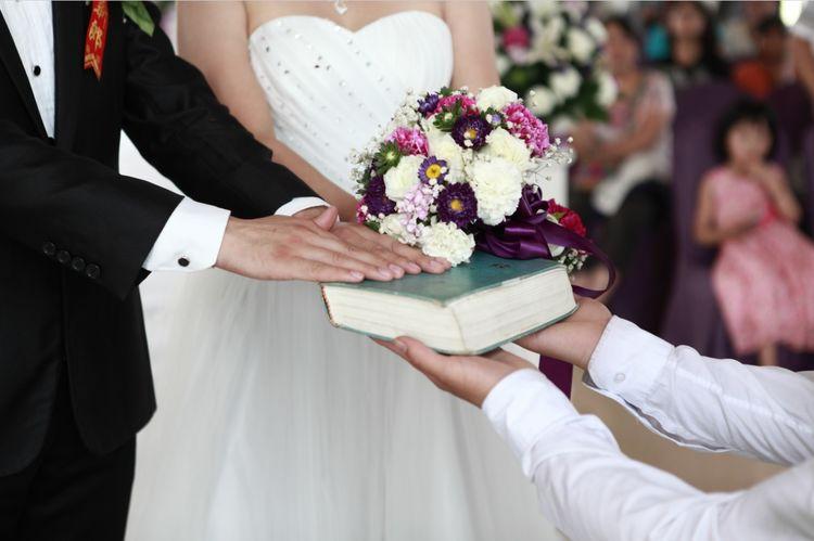 结婚时哥哥只给一个红枣,生气扔进垃圾桶,回家后感动了