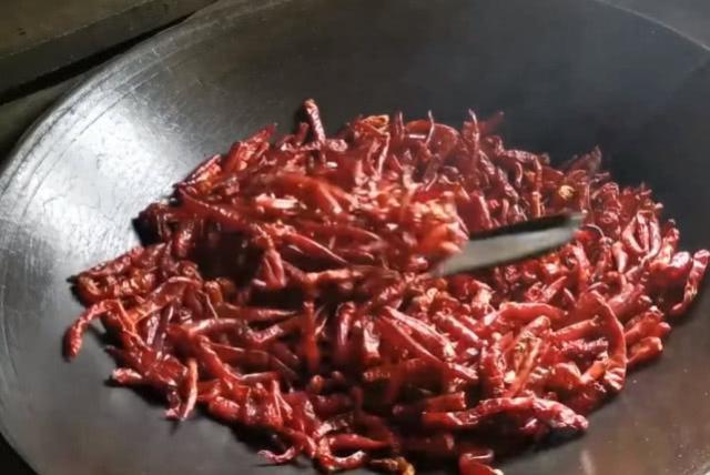 贵州农村地道的糊辣椒酱,炒糊捣碎再炒香,味道比老干妈更带劲
