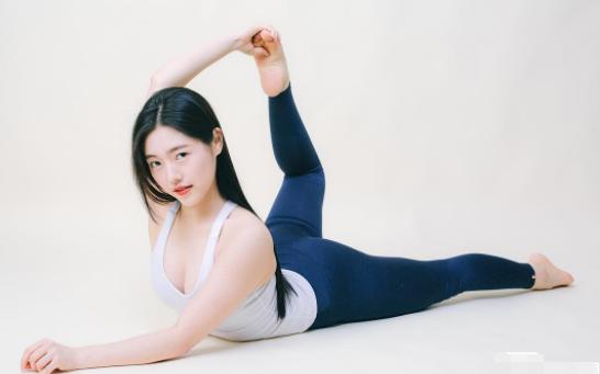 """美女怎么在家做瑜伽,只需要四步,""""网友""""必须要试一下"""